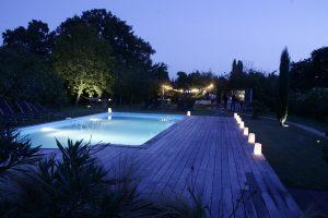 Vue de la piscine la nuit Au coin des figuiers chambres d'hôtes en Provence
