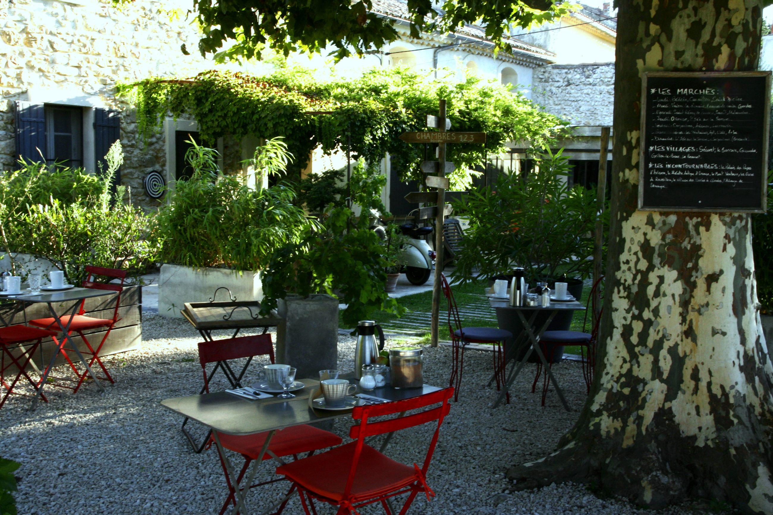 """Vus petits déjeuner au coin des figuiers chambres d""""hôtes en Provence"""